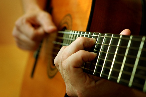 Học đàn guitar và cách bảo vệ ngón tay cho người mới chơi