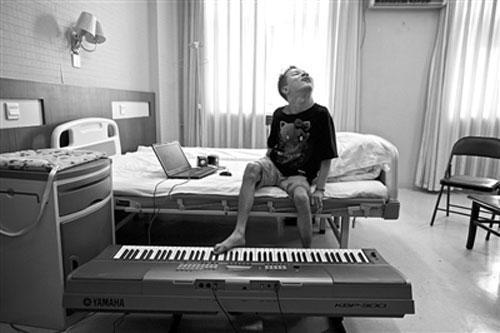 Thien tai am nhac bi bai nao choi piano bang chan
