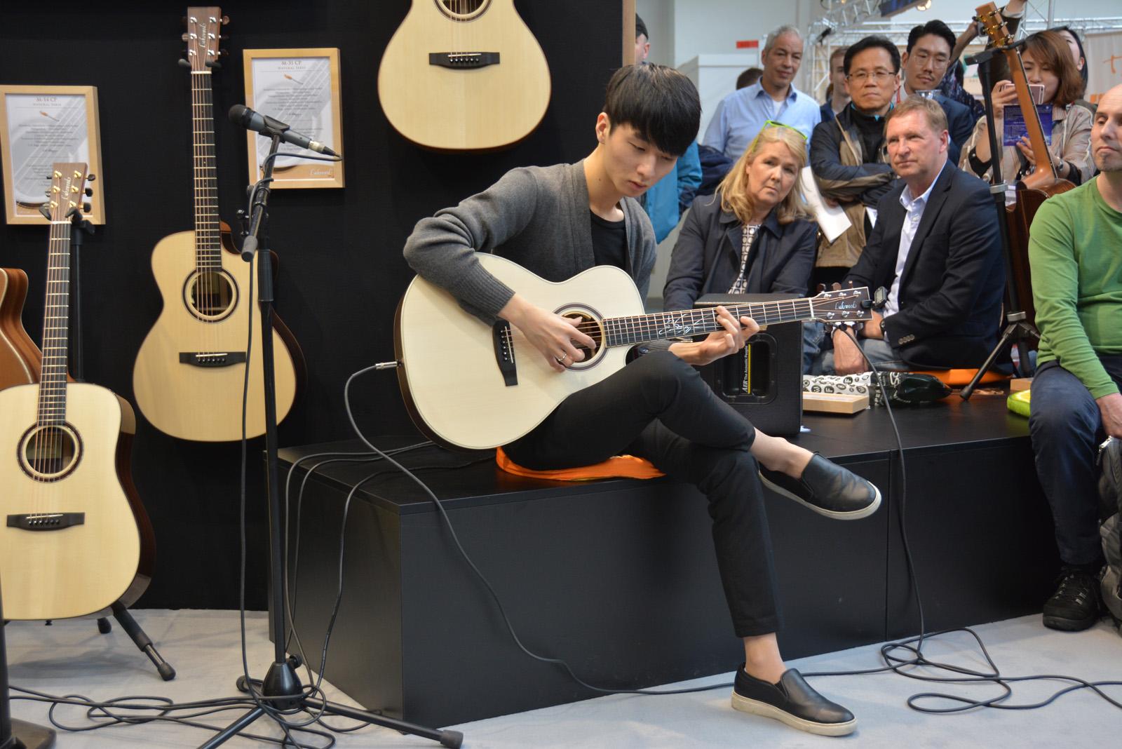 chơi đàn guitar fingerstyle