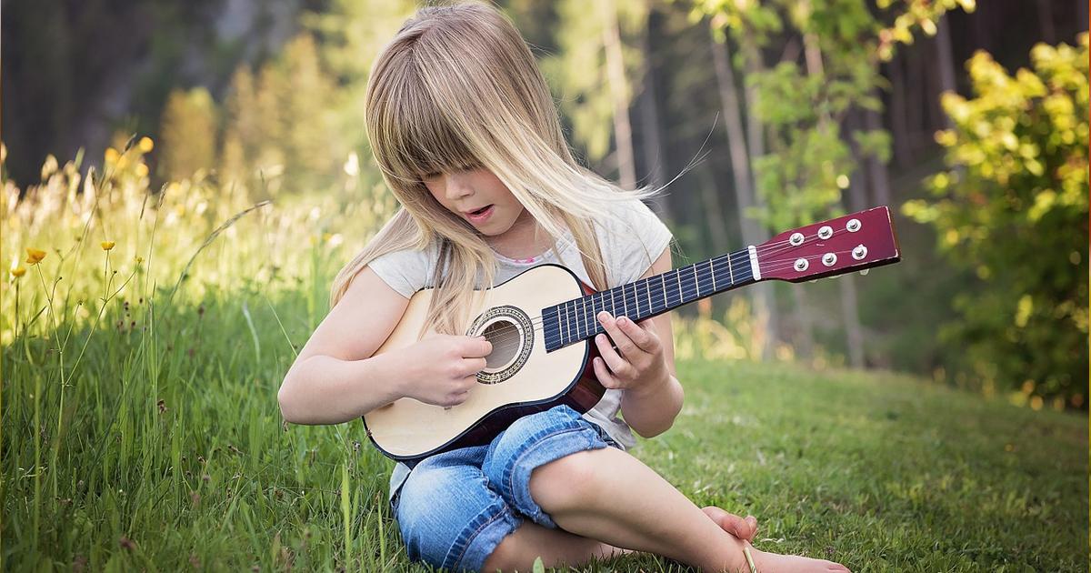 Có Nên Mua Đàn Guitar Mini Cho Bé Bố Mẹ Nên Biết