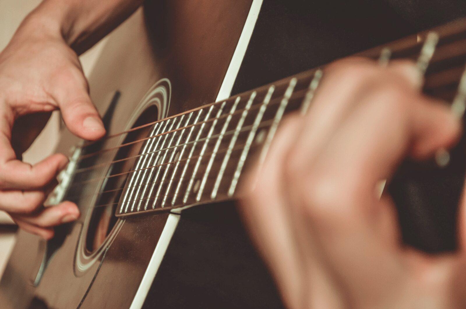 Đàn guitar cho người mới học nên mua hãng nào ?