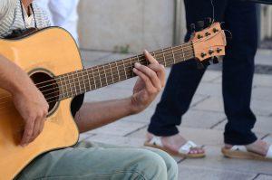 chơi guitar