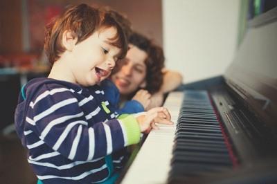 Làm sao để nhận biết trẻ có năng khiếu âm nhạc hay không