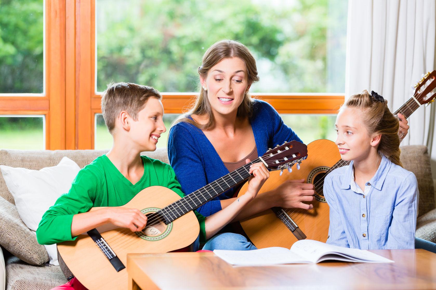 Trẻ học nhạc cụ với cha mẹ có lợi ích đáng kể so với trẻ chỉ học nhạc